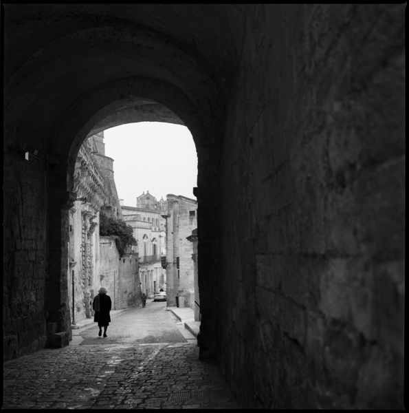 woman_archway